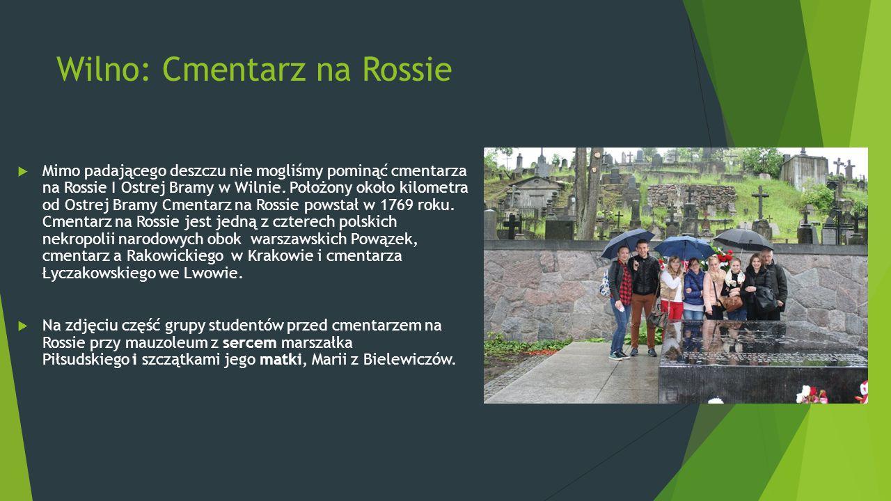 Wilno: Cmentarz na Rossie  Mimo padającego deszczu nie mogliśmy pominąć cmentarza na Rossie I Ostrej Bramy w Wilnie. Położony około kilometra od Ostr
