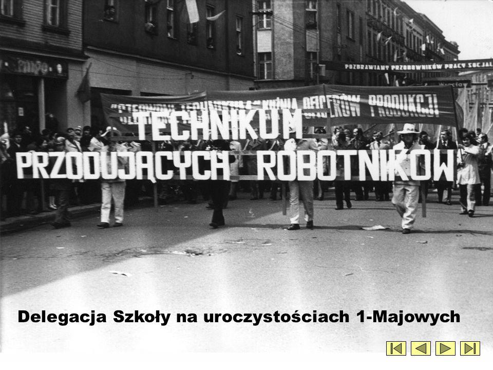 1976 rok – przemarsz pocztu sztandarowego z Domu Kultury do Zespołu Szkół Mechanicznych
