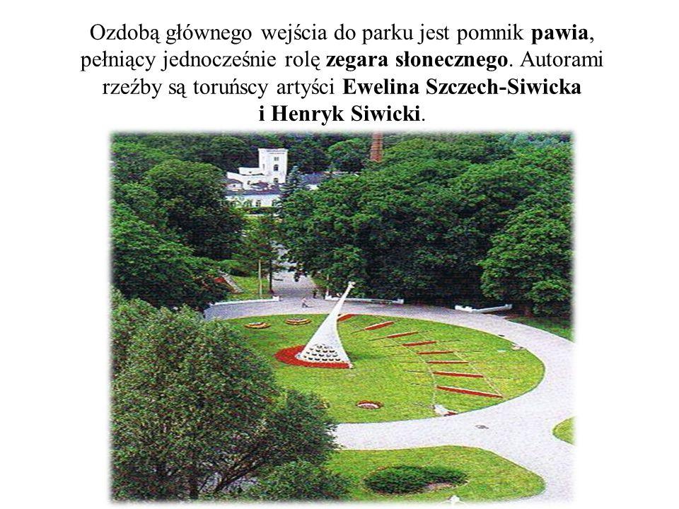Ozdobą głównego wejścia do parku jest pomnik pawia, pełniący jednocześnie rolę zegara słonecznego.