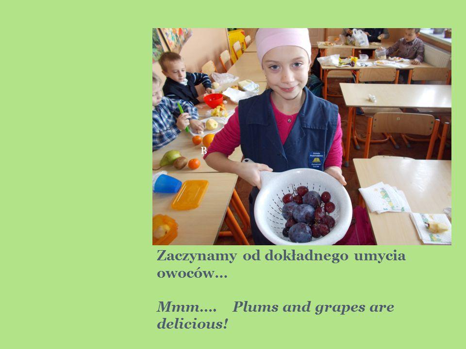 Zaczynamy od dokładnego umycia owoców… Mmm…. Plums and grapes are delicious! B