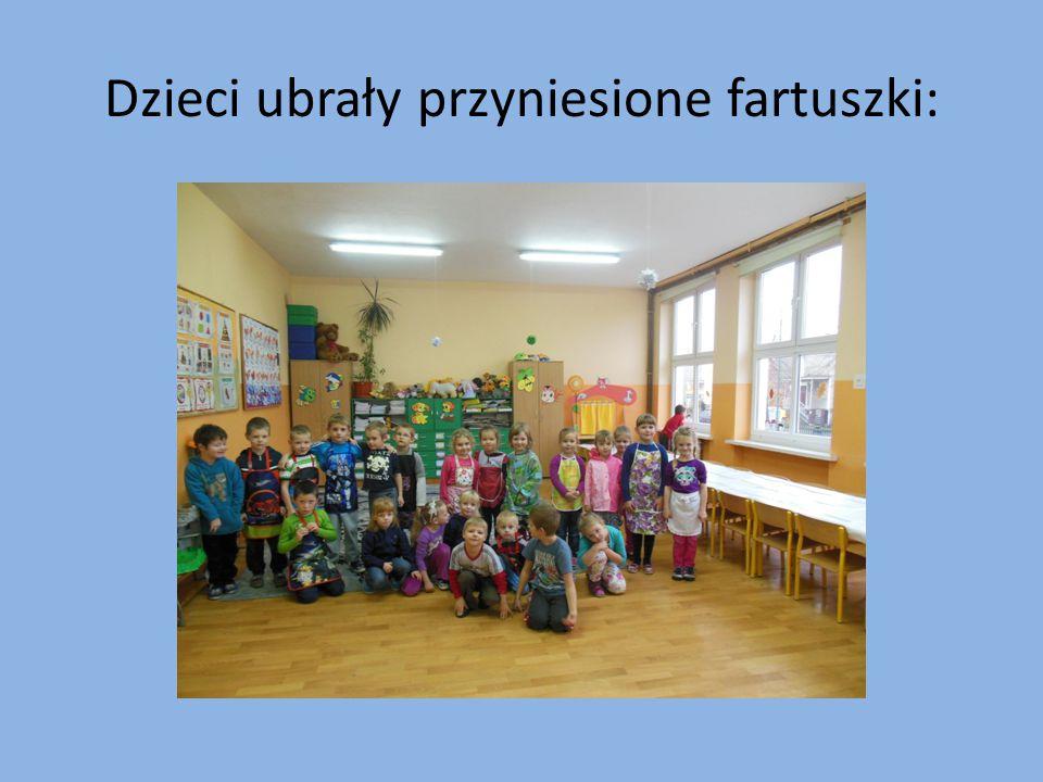 Dzieci ubrały przyniesione fartuszki: