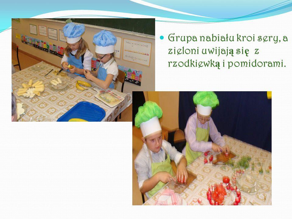 Grupa nabiału kroi sery, a zieloni uwijaj ą si ę z rzodkiewk ą i pomidorami.