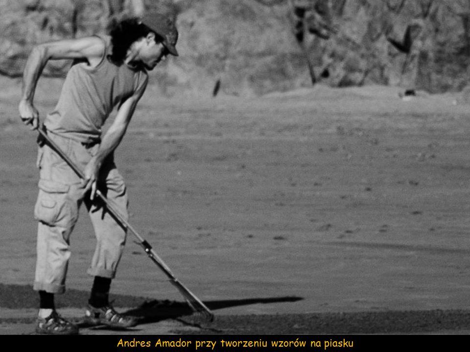 Andres Amador przy tworzeniu wzorów na piasku