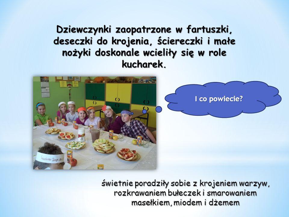 Dziewczynki zaopatrzone w fartuszki, deseczki do krojenia, ściereczki i małe nożyki doskonale wcieliły się w role kucharek.