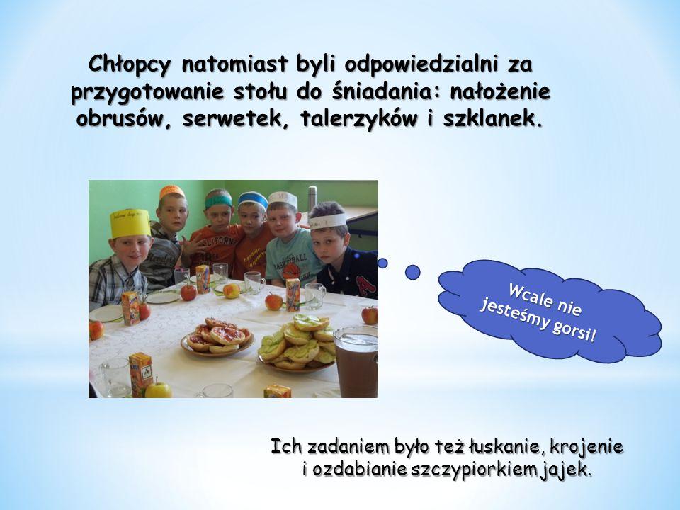 Chłopcy natomiast byli odpowiedzialni za przygotowanie stołu do śniadania: nałożenie obrusów, serwetek, talerzyków i szklanek.