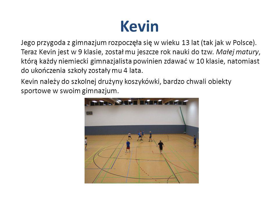 Kevin Jego przygoda z gimnazjum rozpoczęła się w wieku 13 lat (tak jak w Polsce). Teraz Kevin jest w 9 klasie, został mu jeszcze rok nauki do tzw. Mał
