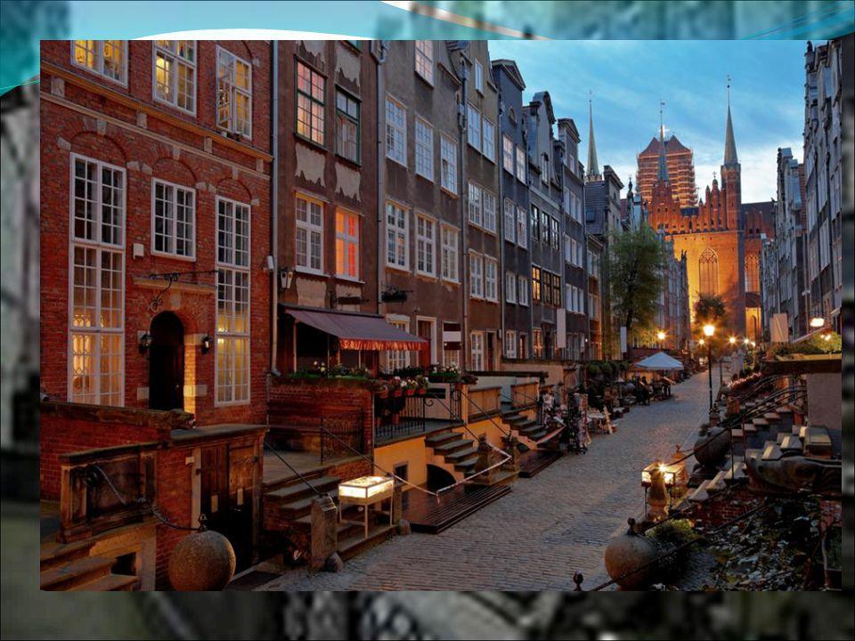 Mariacka to niewątpliwie najbardziej zachwycająca z gdańskich uliczek, z kompletnie zrekonstruowanymi przedprożami, znakomicie oddająca niepowtarzalny klimat i charakter dawnej zabudowy Gdańska.