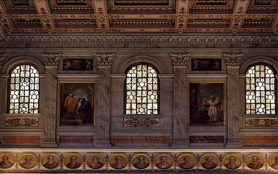 Na ścianach naw ułożono medaliony z wizerunkami kolejnych papieży, od św. Piotra aż do Benedykta XVI.