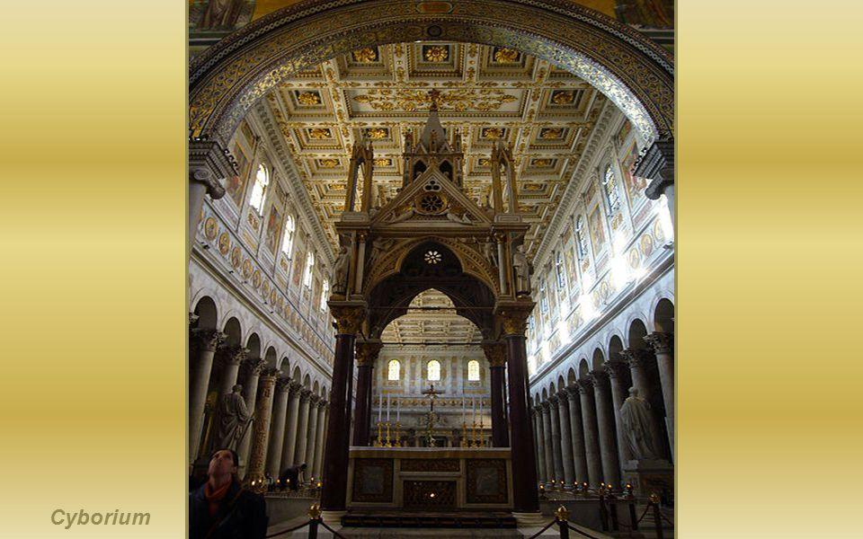 Mozaika na absydzie w stylu bizantyjskim. Ukazano na niej Chrystusa na tronie w otoczeniu świętych: Piotra, Andrzeja, Pawła i Łukasza.