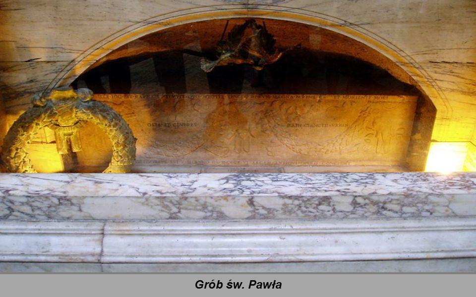 Pod łukiem tęczowym kończącym nawę główną umieszczony jest grób św. Pawła przykryty gotyckim baldachimem wykonanym przez Arnolfo di Cambio w 1285. Pod