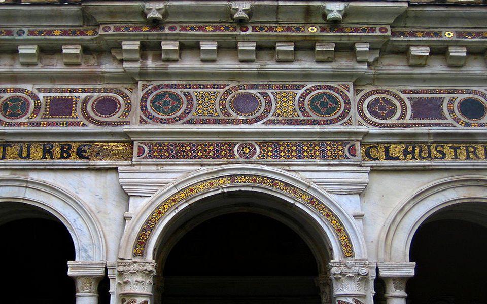 Dziedziniec znajdującego się obok kościoła klasztoru otaczają krużganki z XIII w., dzieło kamieniarzy szkoły Cosmatich (arte cosmatesca). Cechą charak