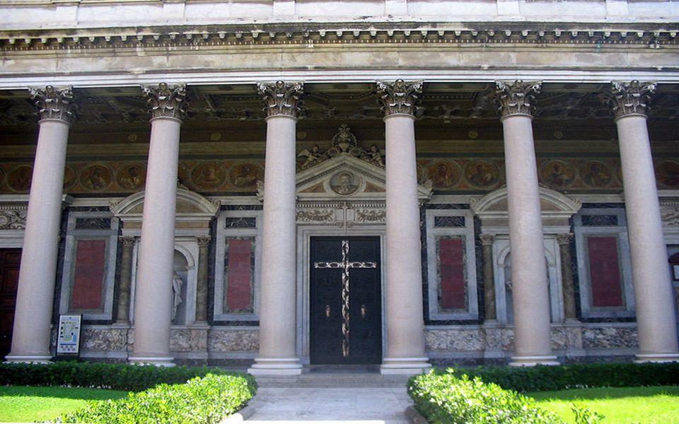 Śmierć św.Pawła – płaskorzeźba znajdująca się na drzwiach Bazyliki.