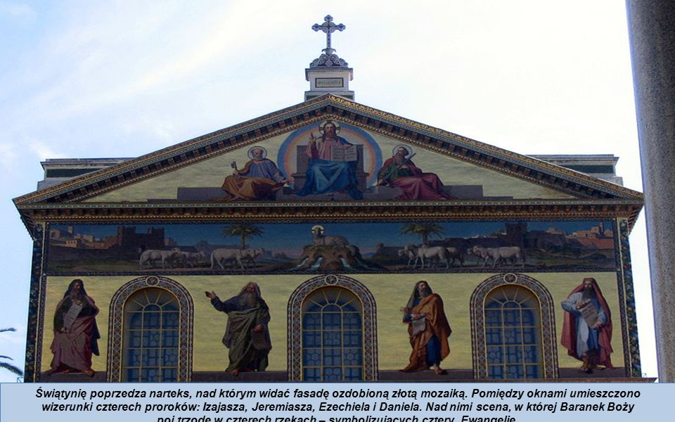 Świątynię poprzedza narteks, nad którym widać fasadę ozdobioną złotą mozaiką.