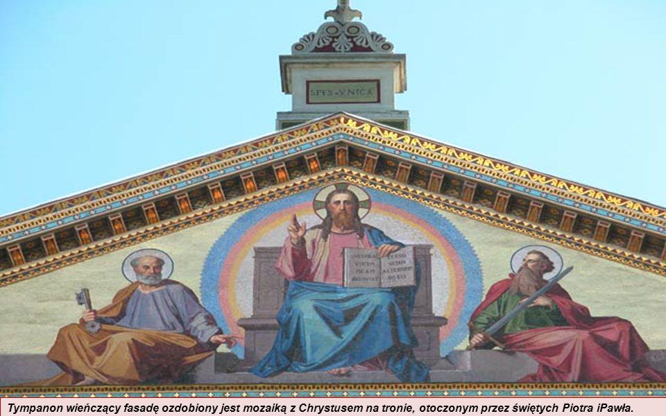 Tympanon wieńczący fasadę ozdobiony jest mozaiką z Chrystusem na tronie, otoczonym przez świętych Piotra iPawła.