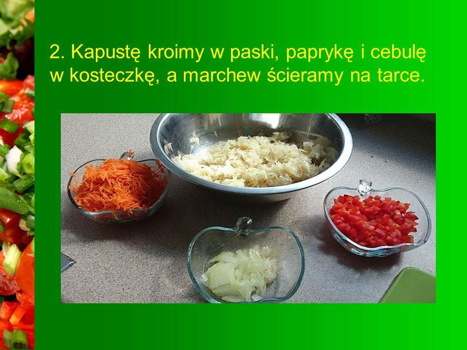 1. Do zrobienia surówki potrzebujemy: 1 kg kapusty kiszonej 1 małą cebulę 1 marchewkę pół papryki czerwonej