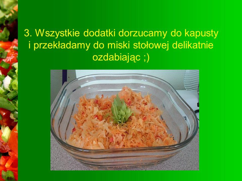 2. Kapustę kroimy w paski, paprykę i cebulę w kosteczkę, a marchew ścieramy na tarce.