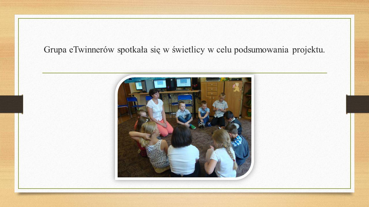 Grupa eTwinnerów spotkała się w świetlicy w celu podsumowania projektu.