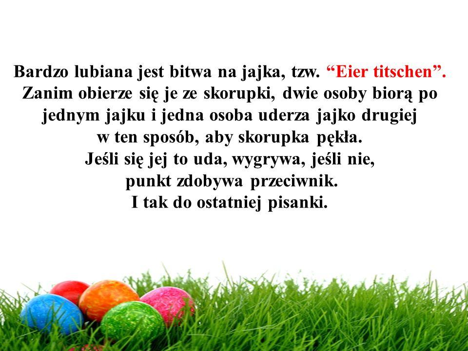 """Bardzo lubiana jest bitwa na jajka, tzw. """"Eier titschen"""". Zanim obierze się je ze skorupki, dwie osoby biorą po jednym jajku i jedna osoba uderza jajk"""