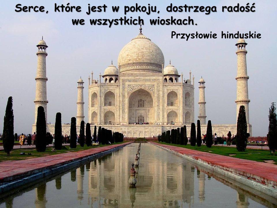 Przysłowie hinduskie Serce, które jest w pokoju, dostrzega radość we wszystkich wioskach.