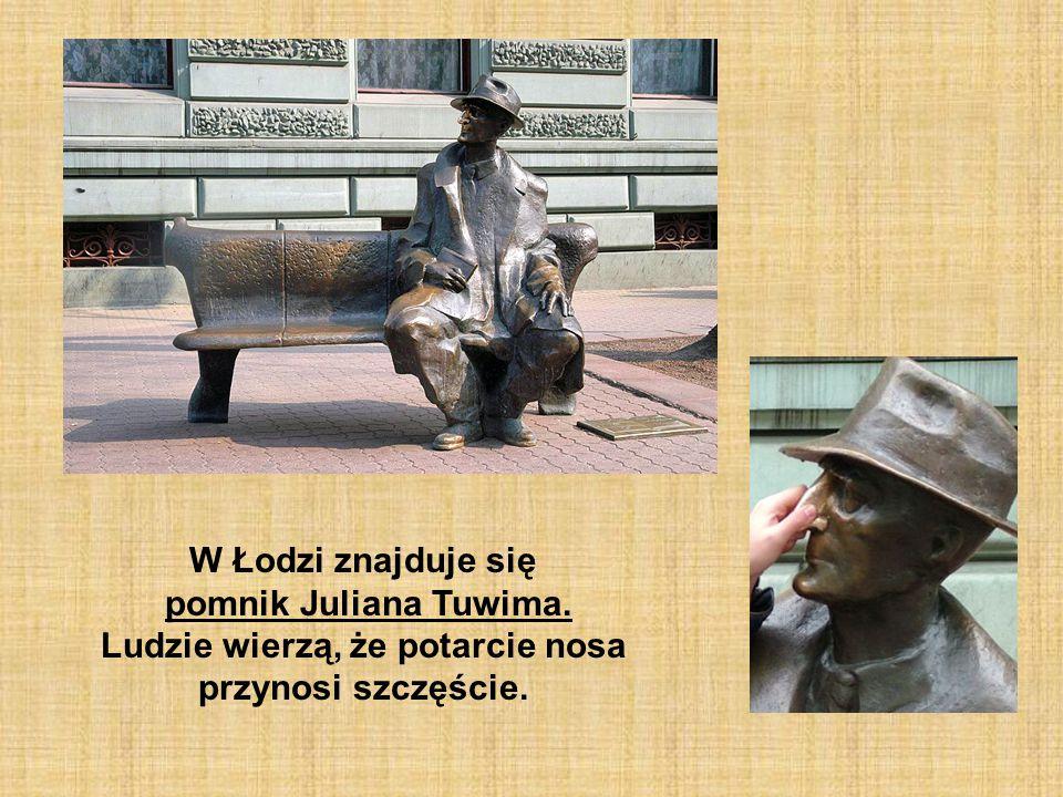W Łodzi znajduje się pomnik Juliana Tuwima. Ludzie wierzą, że potarcie nosa przynosi szczęście.
