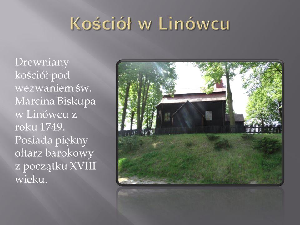 Naprzeciwko kościoła w Linówcu, oddzielony drogą, stoi dwór otoczony gęstą krzewiną.