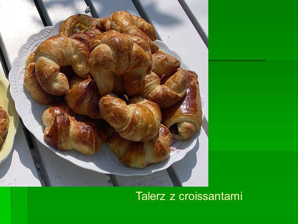 Talerz z croissantami