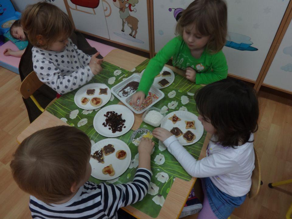 MATEMATYKA W PLASTYCE Dzieci podczas tych zajęć miały okazję manipulować masą solną.