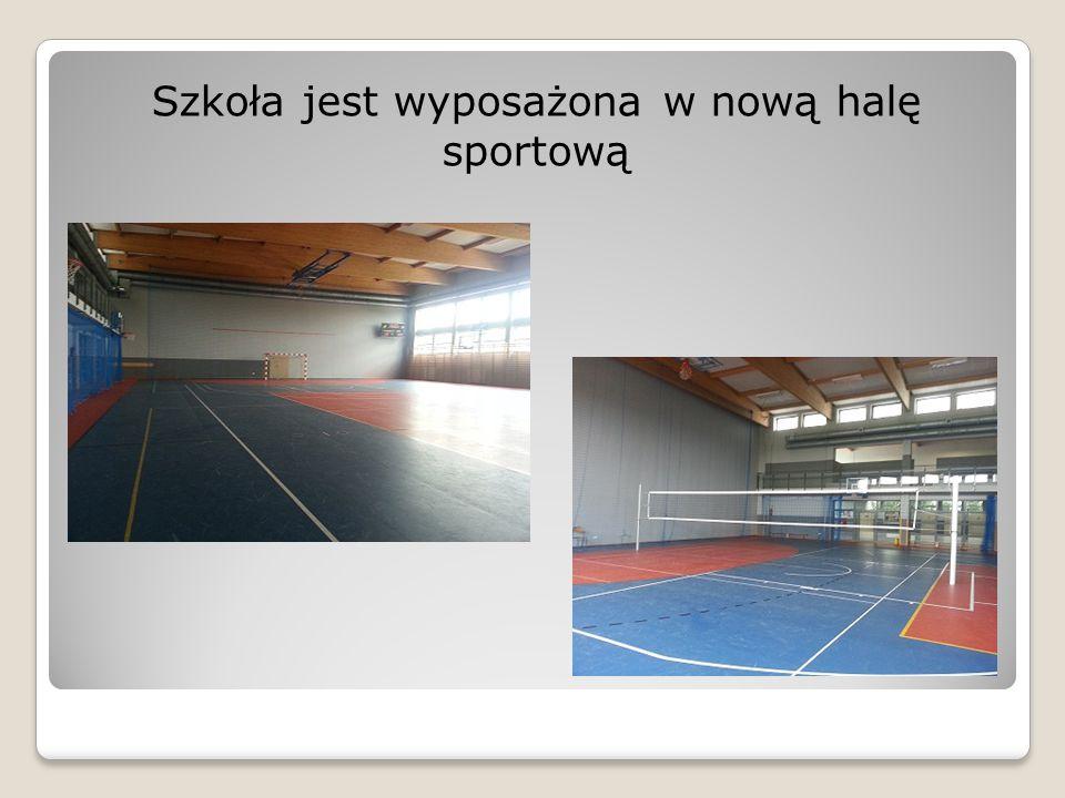 Szkoła jest wyposażona w nową halę sportową