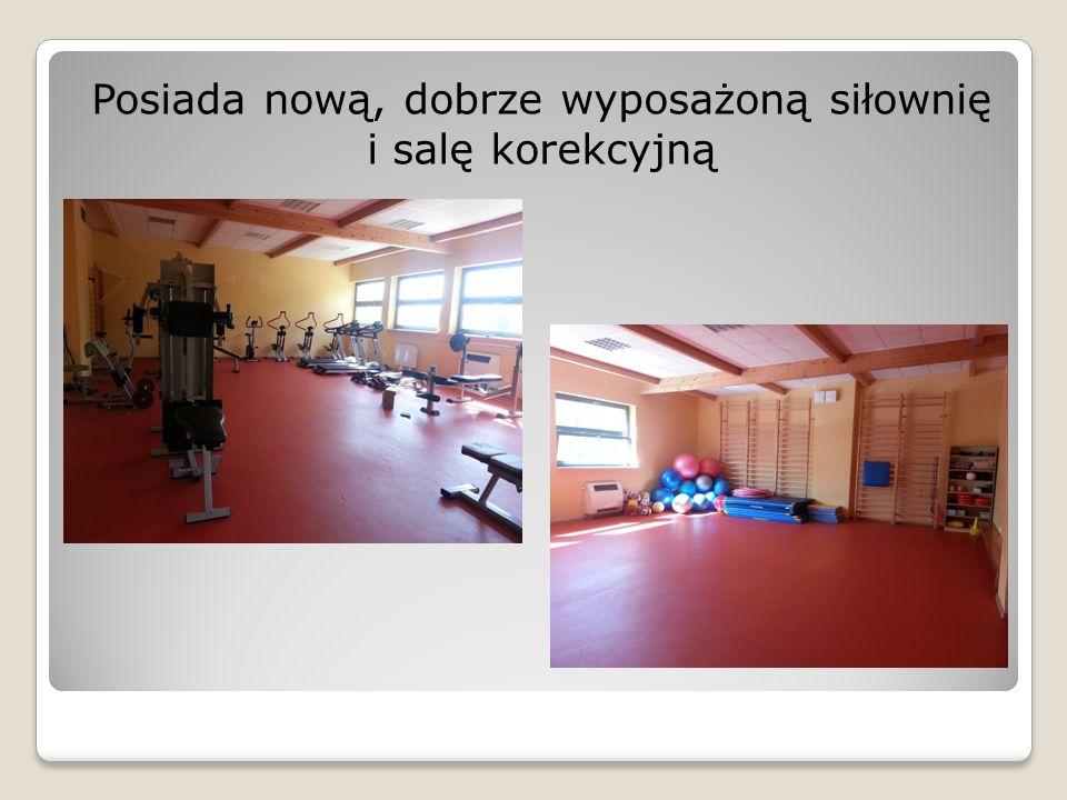 Posiada nową, dobrze wyposażoną siłownię i salę korekcyjną