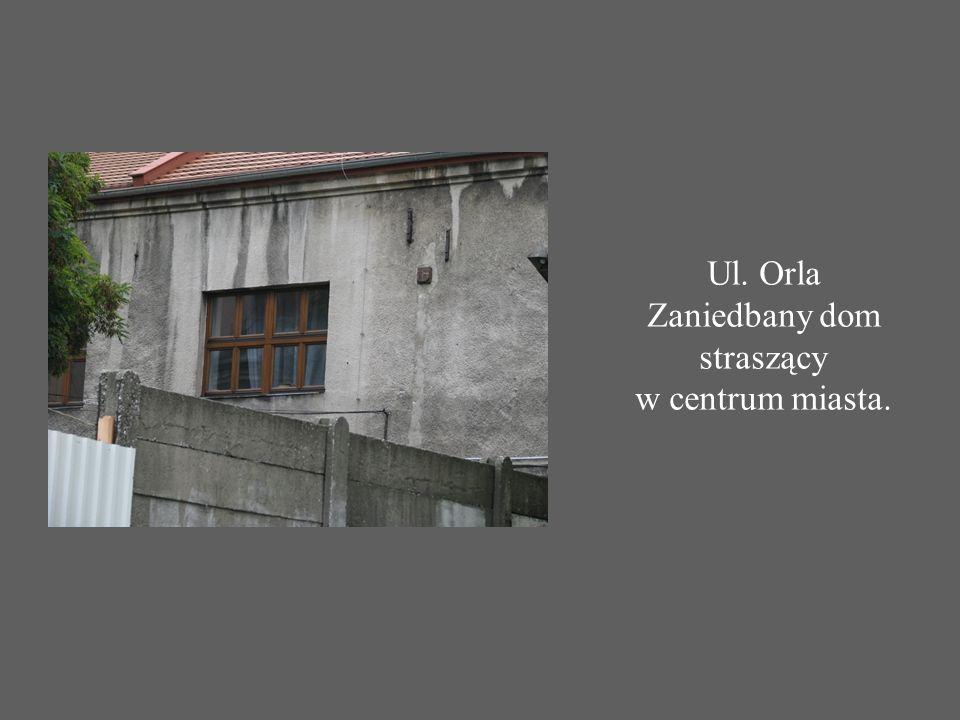 Ul. Orla Zaniedbany dom straszący w centrum miasta.