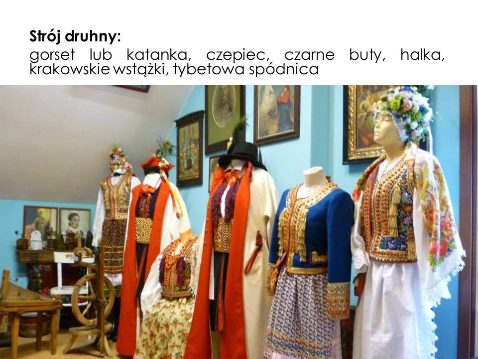 Strój druhny: gorset lub katanka, czepiec, czarne buty, halka, krakowskie wstążki, tybetowa spódnica
