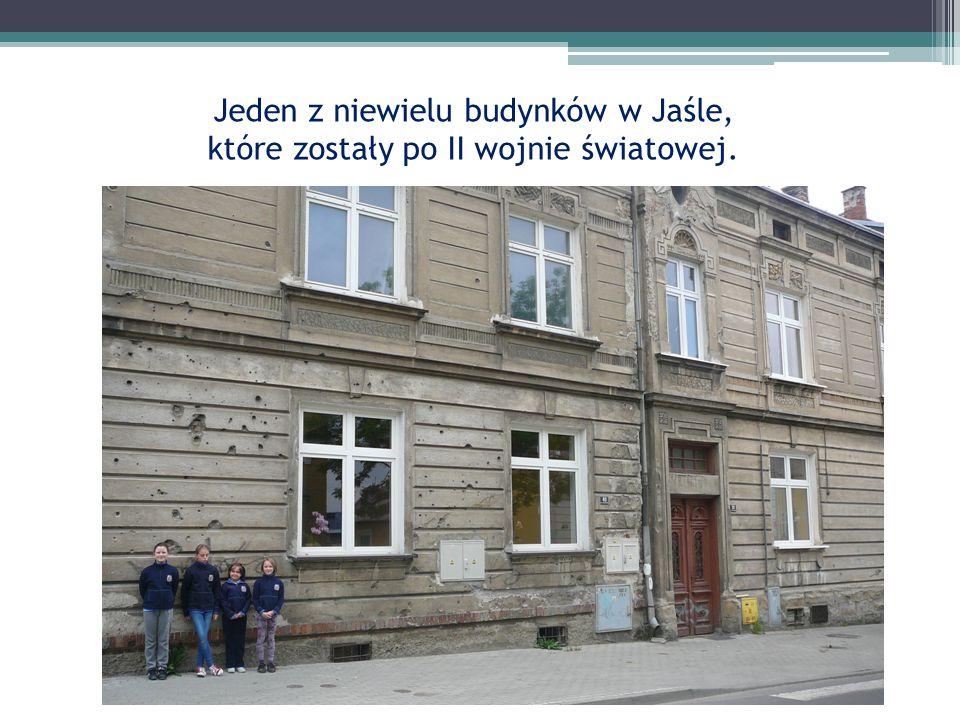 Herb naszego miasta na skwerku koło Jasielskiego Domu Kultury.