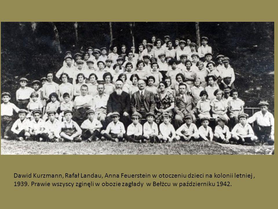 . Dawid Kurzmann, Rafał Landau, Anna Feuerstein w otoczeniu dzieci na kolonii letniej, 1939. Prawie wszyscy zginęli w obozie zagłady w Bełżcu w paździ