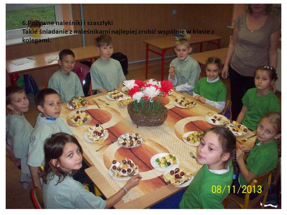 6.Pożywne naleśniki i szaszłyki Takie śniadanie z naleśnikami najlepiej zrobić wspólnie w klasie z kolegami.