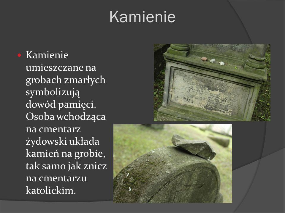 Kamienie umieszczane na grobach zmarłych symbolizują dowód pamięci. Osoba wchodząca na cmentarz żydowski układa kamień na grobie, tak samo jak znicz n