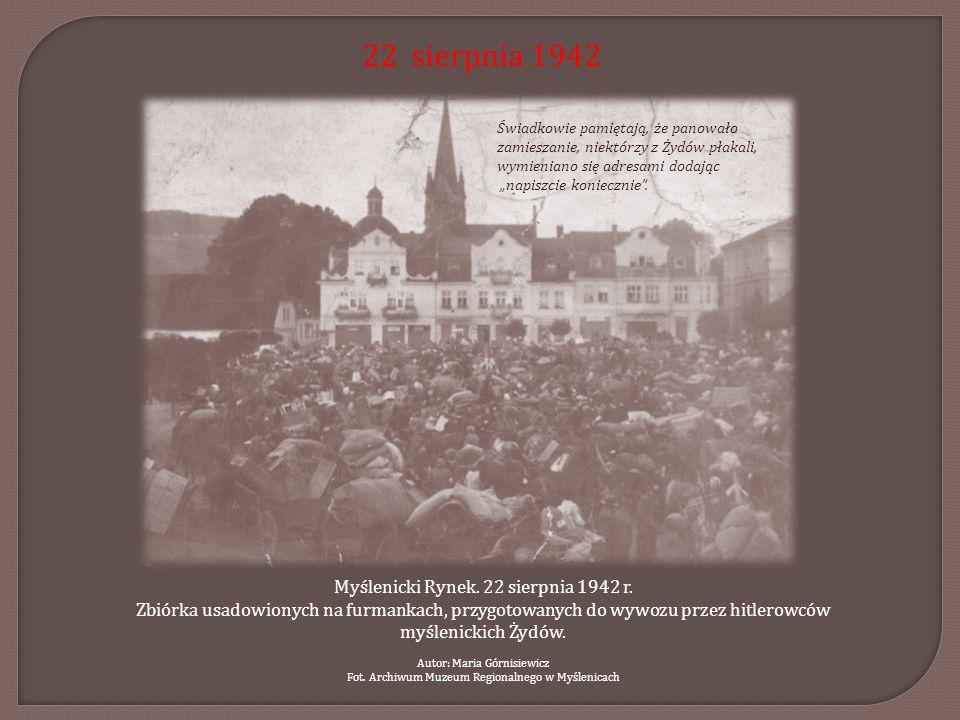22 sierpnia 1942 Myślenicki Rynek. 22 sierpnia 1942 r. Zbiórka usadowionych na furmankach, przygotowanych do wywozu przez hitlerowców myślenickich Żyd
