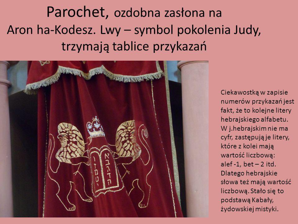 Parochet, ozdobna zasłona na Aron ha-Kodesz. Lwy – symbol pokolenia Judy, trzymają tablice przykazań Ciekawostką w zapisie numerów przykazań jest fakt