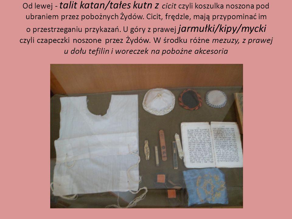 Od lewej - talit katan/tałes kutn z cicit czyli koszulka noszona pod ubraniem przez pobożnych Żydów. Cicit, frędzle, mają przypominać im o przestrzega