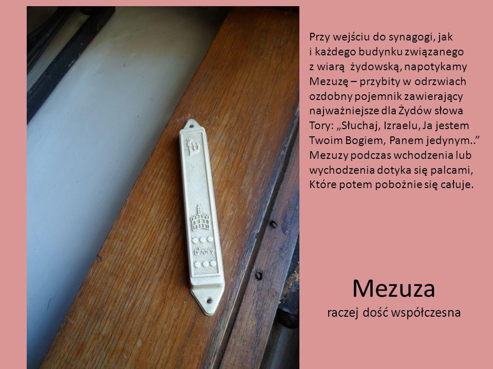 Mezuza raczej dość współczesna Przy wejściu do synagogi, jak i każdego budynku związanego z wiarą żydowską, napotykamy Mezuzę – przybity w odrzwiach o