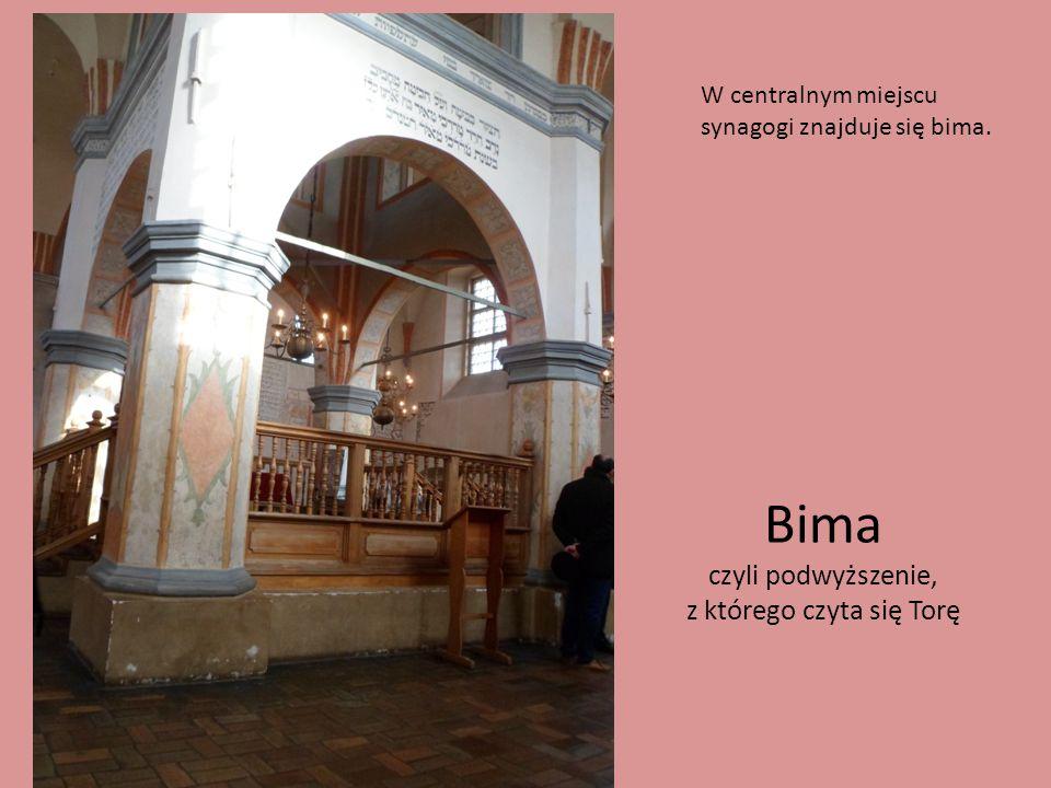 Bima czyli podwyższenie, z którego czyta się Torę W centralnym miejscu synagogi znajduje się bima.