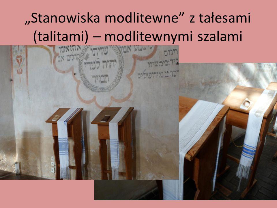"""""""Stanowiska modlitewne"""" z tałesami (talitami) – modlitewnymi szalami"""