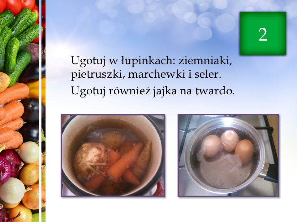 Ugotuj w łupinkach: ziemniaki, pietruszki, marchewki i seler. Ugotuj również jajka na twardo. 2