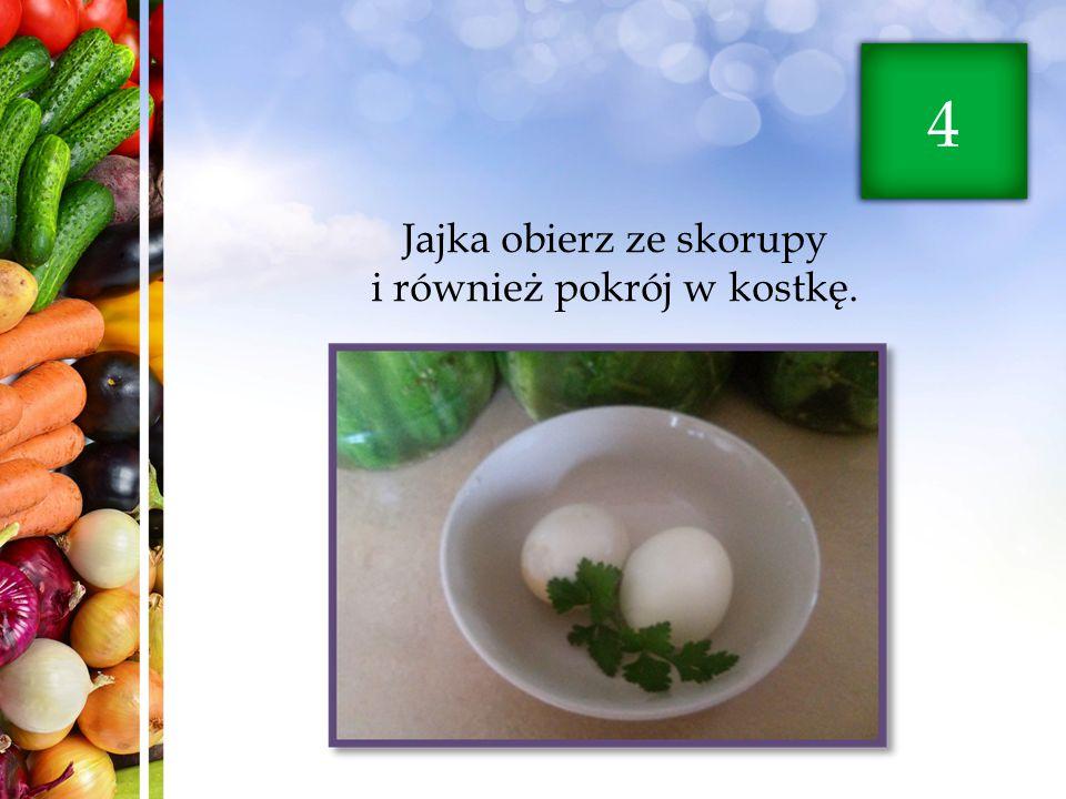 Jajka obierz ze skorupy i również pokrój w kostkę. 4