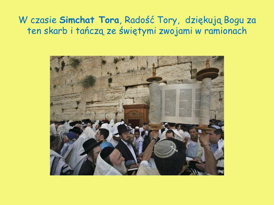 W czasie Simchat Tora, Radość Tory, dziękują Bogu za ten skarb i tańczą ze świętymi zwojami w ramionach