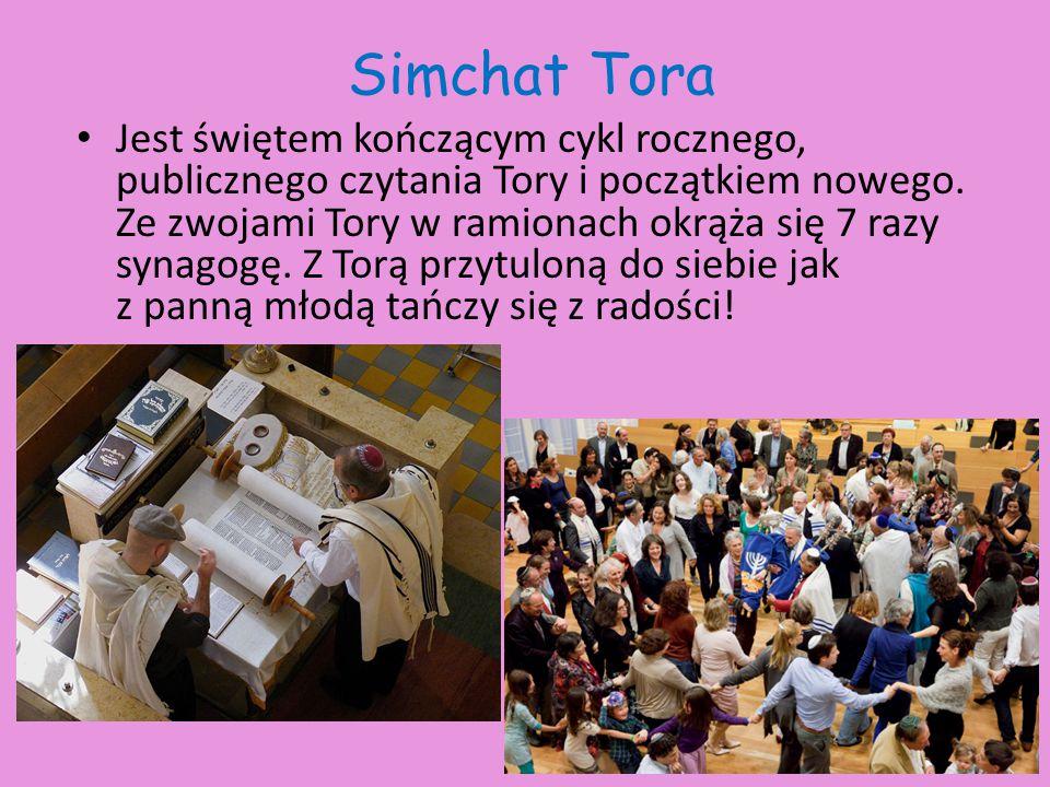 Simchat Tora Jest świętem kończącym cykl rocznego, publicznego czytania Tory i początkiem nowego. Ze zwojami Tory w ramionach okrąża się 7 razy synago