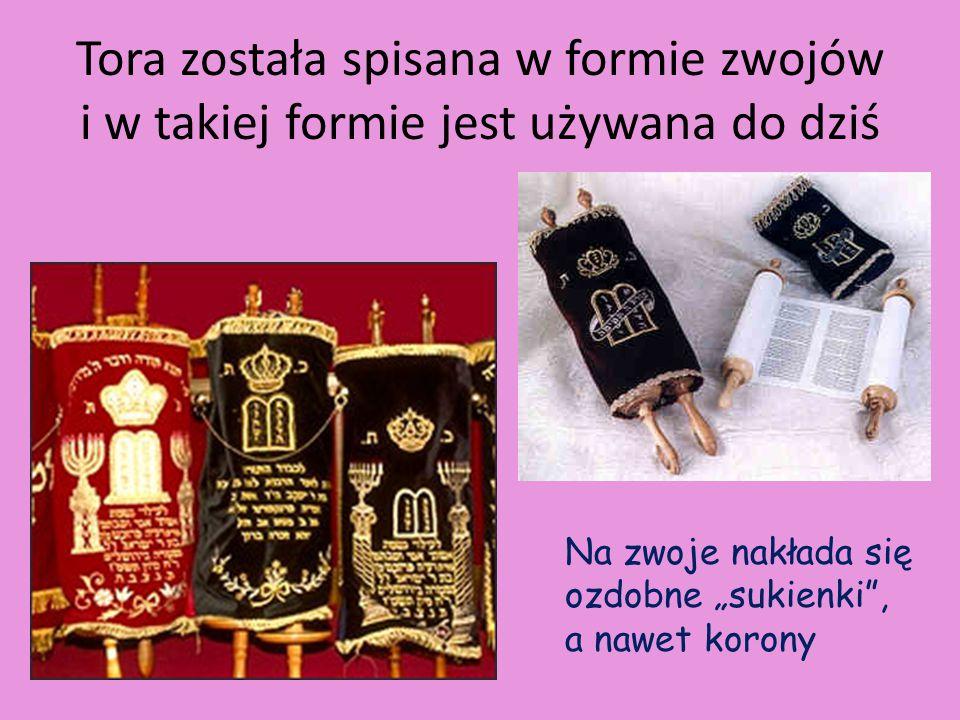 """Tora została spisana w formie zwojów i w takiej formie jest używana do dziś Na zwoje nakłada się ozdobne """"sukienki"""", a nawet korony"""