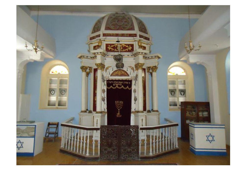 Mezuza W odrzwiach żydowskich domów czy synagog przybija się mezuzę – ozdobny pojemnik z fragmentem Tory.