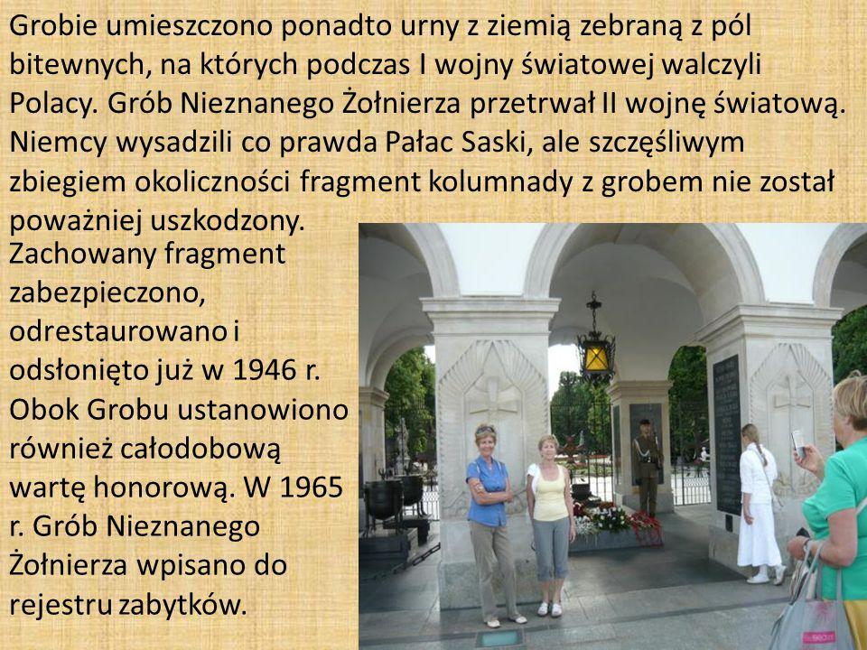 Grobie umieszczono ponadto urny z ziemią zebraną z pól bitewnych, na których podczas I wojny światowej walczyli Polacy.
