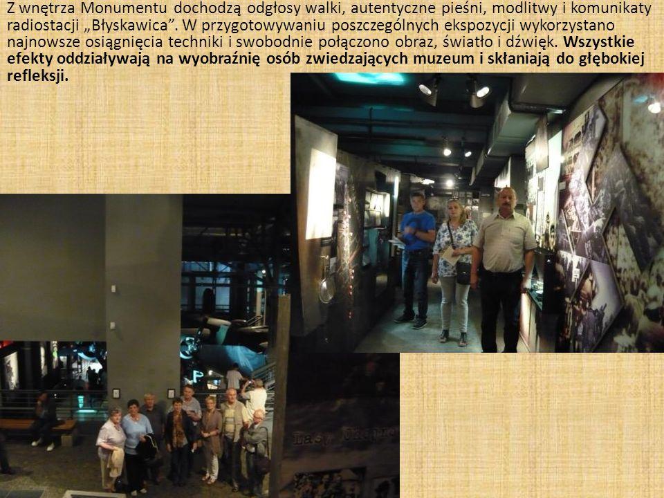"""Z wnętrza Monumentu dochodzą odgłosy walki, autentyczne pieśni, modlitwy i komunikaty radiostacji """"Błyskawica ."""