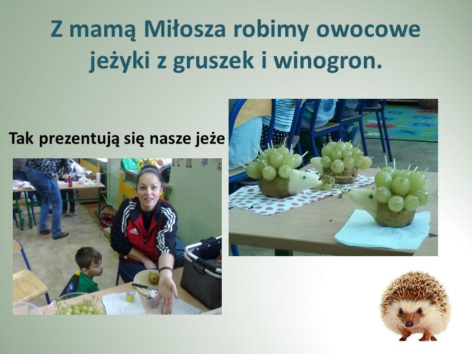 Z mamą Miłosza robimy owocowe jeżyki z gruszek i winogron. Tak prezentują się nasze jeże